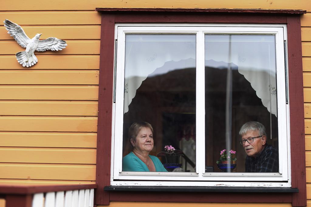 På den norska sidan ligger en gul stuga som i halvdagern ser ut som en självlysande prick mot det höga ryska fjället. I stugans kök sitter Johnny och Astrid Skare, pensionärer, han före detta elingenjör, hon före detta städerska. Detta är Astrids barndomshem och de brukar vara här sju åtta månader om året, så länge vägen är farbar. Foto: Urban Andersson